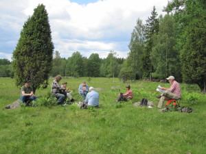 Social samvaro i vacker natur i Kohagen, De Vilda Blommornas Dag 15/6 2014. Foto: Tom Sävström