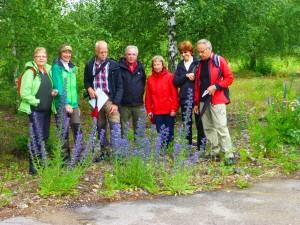 Deltagarna poserar invid praktfulla exemplar av blåeld, 29/6 2014. Foto: Einar Marklund
