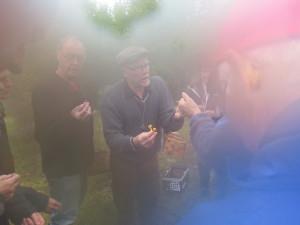 Kill Persson tar mot vaxskivlingar från intresserade kursdeltagare. Västsura ekhage, 20/9 2014. Foto: Tom Sävström