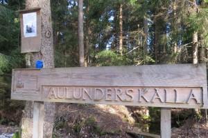 Hembygdsföreningen har förtjänstfullt skyltat vid Glåpmosskällan invid Lisjöbanan, strax väster Baståsen. 22/2 2015. Foto: Tom Sävström