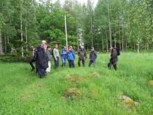 Här studerar gruppen ett bestånd med backskafting i hage vid Jobsbo. 14/6 2015. Foto: Tom Sävström