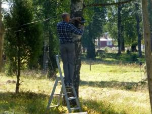 Conny rensar fågelholkar vid Skogsmuren. 23 augusti 2015. Foto: Einar Marklund