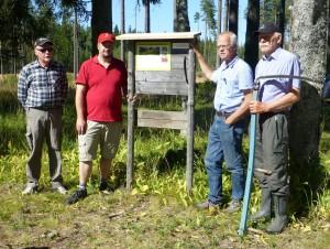 Conny, Jesper, Tom och Lennart vid den nyframtagna informationsskylten. 23 augusti 2015. Foto: Einar Marklund.