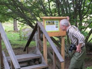 Skylt vid ingång till Västsura ekhage och järnåldersgravfält. Välkommen ut i hagen och se det vackra landskapet. 9/9 2015. Foto: Tom Sävström