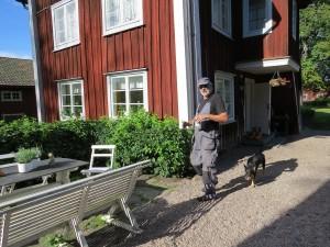 Erik Brate kommer med kaffet. En ny svampart måste ju firas. 29/9 2015. Foto: Tom Sävström